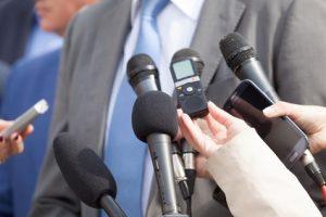 Manager trainiert im Medientraining ein TV Interview