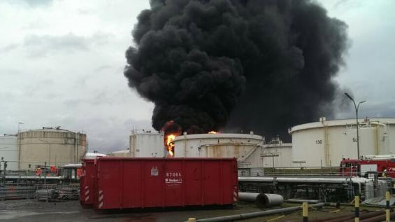 Brennende Tanks, Raffinerie