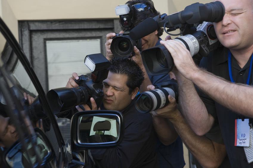 Paparazzi überfallen Schauspieler*in