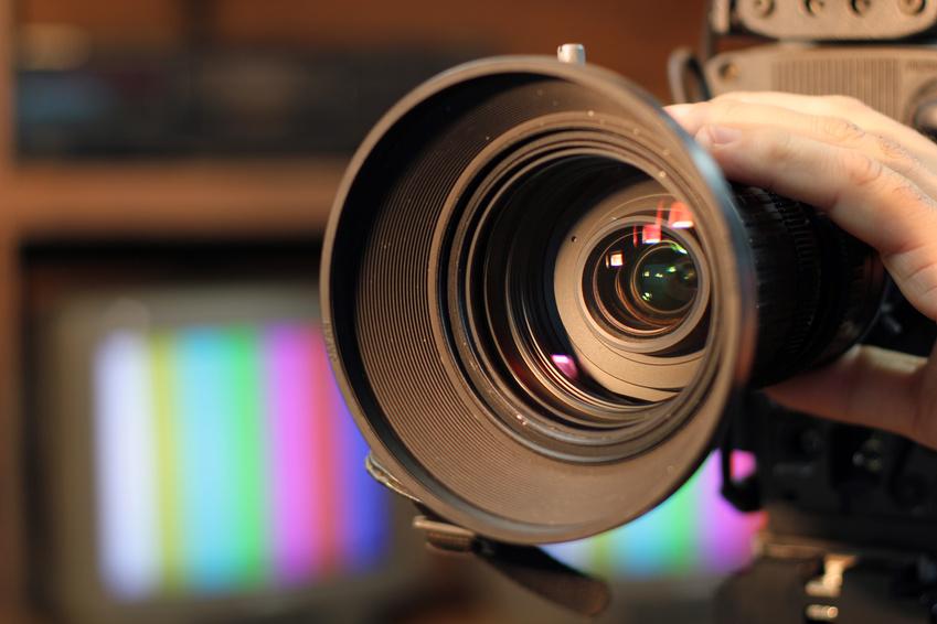 In einem Medientraining lernen Sie, wie Sie sich richtig und souverän verhalten, wenn das Objetiv einer Kamera auf Sie gerichtet ist