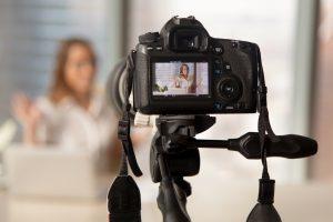 Persönlichkeitspräsentation vor laufender Kamera