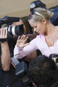 Paparazzi bedrängen weiblichen Star