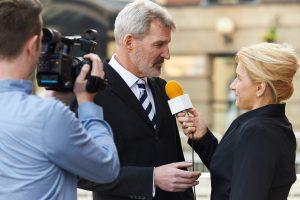 Manager im Interview vor laufender Kamera