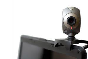 Webcam, auf Monitor sitzend