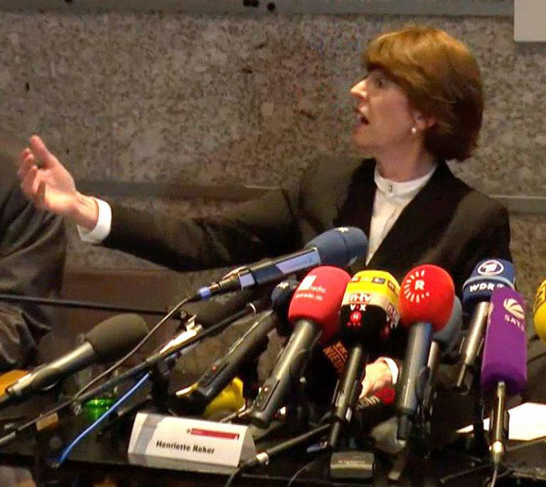 Blog Emmerich Mediencoaching: Oberbürgermeisterin Henriette Reker demonstriert die Armeslänge